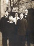 Familienfoto aus dem Jahre 1909 (von links nach rechts): Rudolf (15), Heinrich (10), Mutter Anna, Manfred (13) und Vater Franz Fikentscher, eine Unternehmerfamilie aus Zwickau