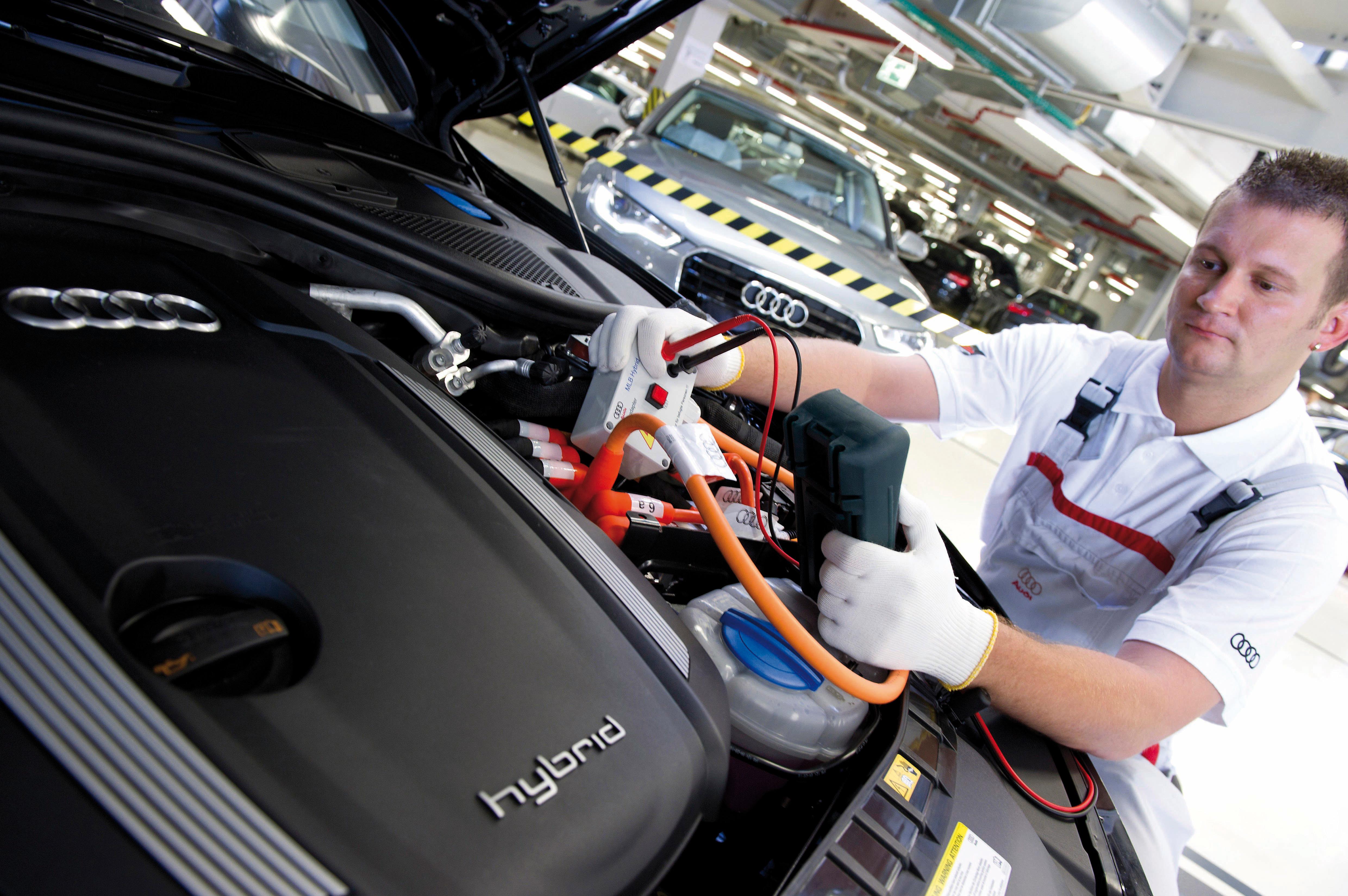 Audi investiert kraeftig in seine Zukunft und beabsichtigt, 2012 wie in diesem Jahr in Deutschland etwa 1.200 Fachkraefte einzustellen. Von 2012 bis 2016 plant der Audi-Konzern Investitionen von   13 Mrd. vor allem in neue Produkte und Technologien sowie