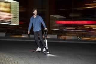 Audi combina las ventajas de un patinete eléctrico y un monopatín en el Audi e-tron Scooter