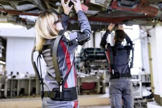 Audi prueba un innovador exoesqueleto en la línea de montaje de la factoría de Ingolstadt